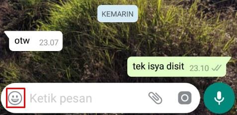 Klik emoji pada obrolan whatsapp