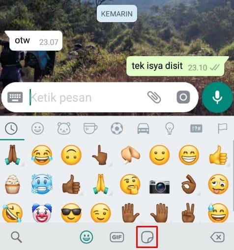 Pilih stiker pada menu emoji whatsapp